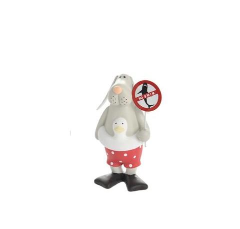 Petit chien en céramique grise en short rouge avec bouée